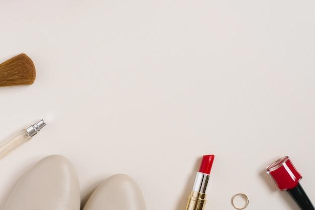 ファッショニスタの静物。女性の化粧品の背景。バレンタインデーのためのフラットレイ
