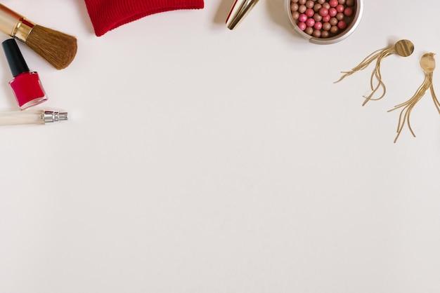 Натюрморт модницы. женский косметический фон. стильные аксессуары и одежда блогера. копирование пространства