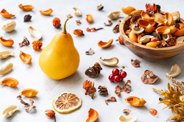 배, 말린 과일 및 말린 식물의 정물화
