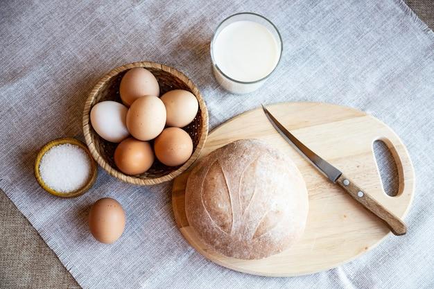 木の板にパンミルクの卵と塩の静物