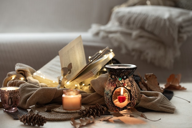 Натюрморт с зажженными свечами, книги на свитерах
