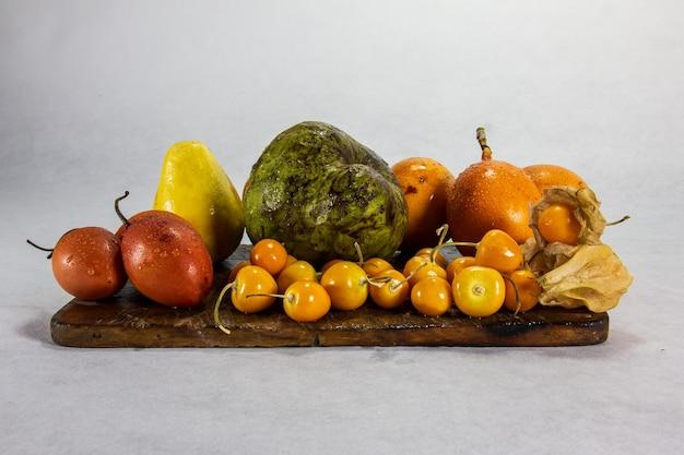 エキゾチックなペルーの果物の静物チェリモヤとウチュバアグアイマントウヴィラグラナディラグアバツリートマト