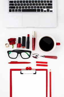 Натюрморт модной женщины, предметы на белом