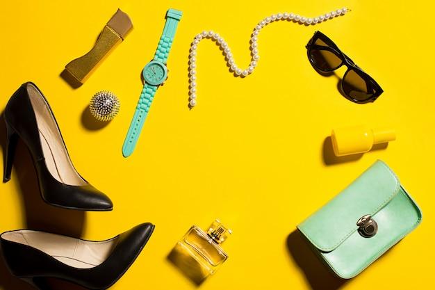 Натюрморт модной женщины, предметы на желтом