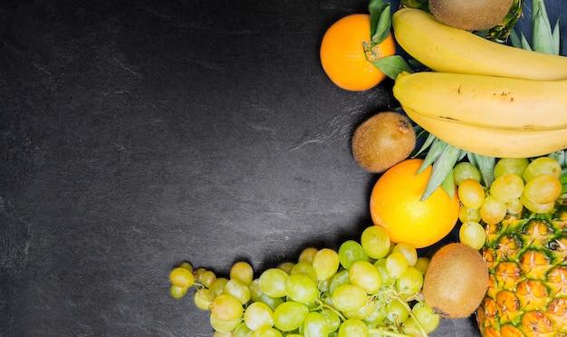 Натюрморт из фруктов, вид сверху. копировать пространство. средиземноморская испанская диета.