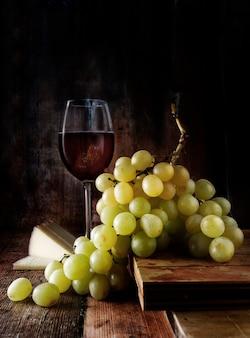 Натюрморт из винограда, красного вина и сыра