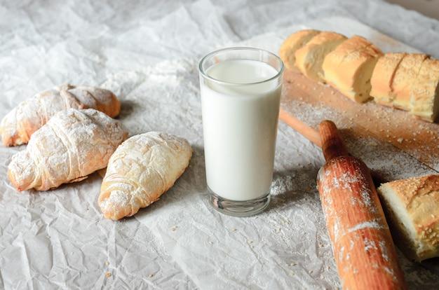 牛乳やパン製品の静物。