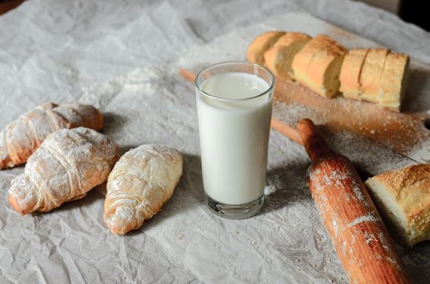 ミルクとパン製品の静物。