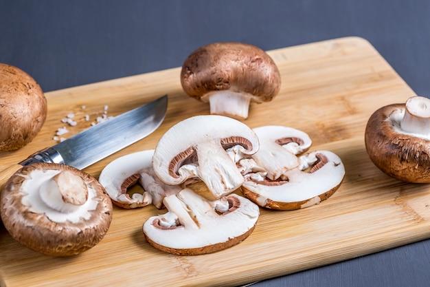 きのこの静物ナイフでまな板の上にロイヤルシャンピニオンおいしくて健康的な食品のコンセプト