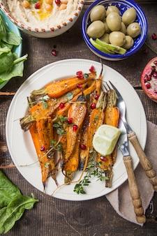 Натюрморт из жареной детской моркови с глазурью из трав и меда