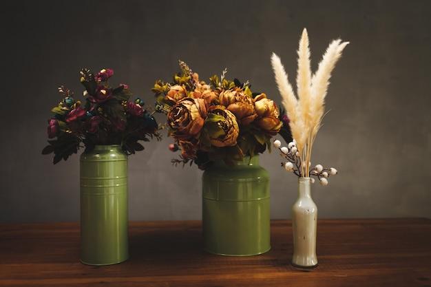 様々な花の静物。光のある鉢の花