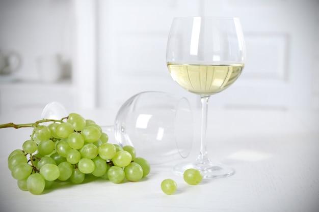 光の中でのワインとパンの静物