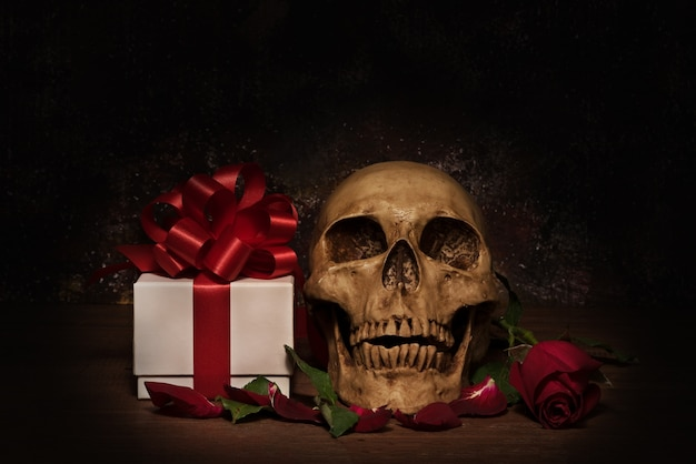 인간의 두개골, 선물, 장미와 함께 정물화 사진