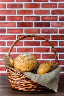 Фото натюрморта хлеба и выпечки в плетеной корзине. американские и французские тосты для приготовления завтрака.