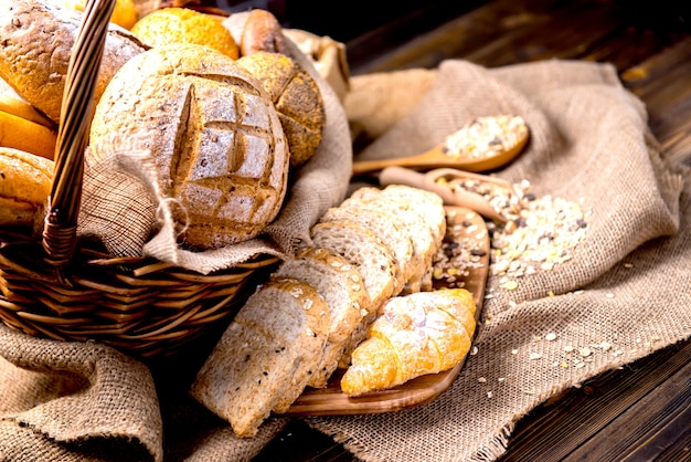 籐のかごの中のパンとパン屋の静物写真。朝食を調理するためのアメリカとフレンチトースト。 Premium写真