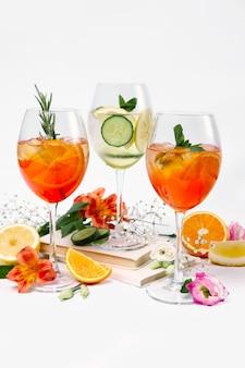 3つのワインとフルーツカクテルの静物写真