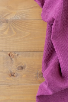 白い背景の上のカラフルな洗濯布のスタックの静物写真。家