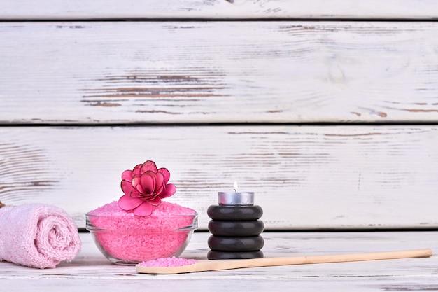 수건과 돌이 있는 정물 핑크 히말라야 소금.