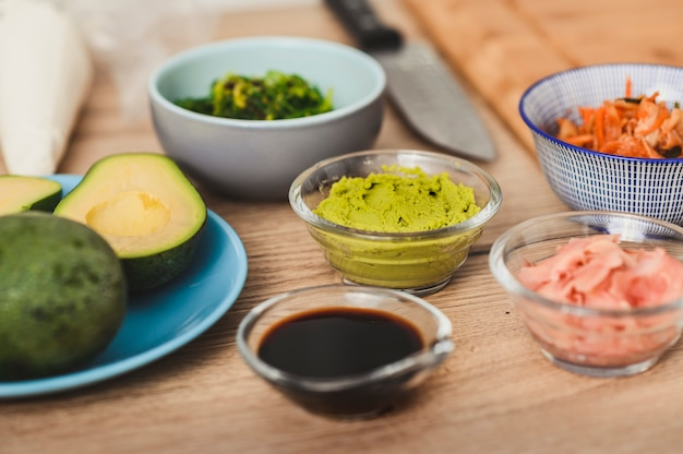 초밥 요리를위한 정물 준비 재료 롤 초밥 메뉴 및 음식 배달 프로모션