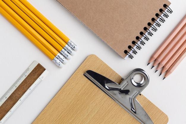 Ассортимент школьных принадлежностей натюрморт