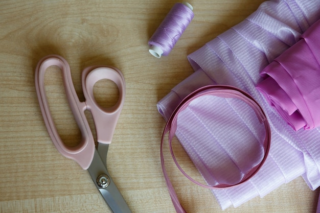 静物 裁縫用品 はさみ糸 ジッパーと布地 木のテーブルの上に横たわる