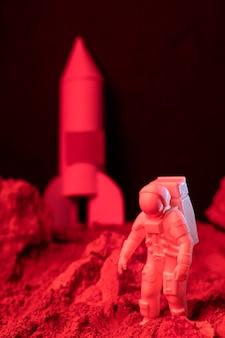 白い宇宙飛行士との静物空間構成