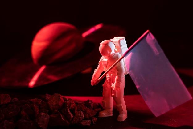 흰색 우주 비행사와 함께 정물 공간 구성