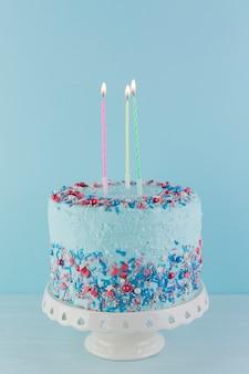 Natura morta di gustosa torta di compleanno Foto Gratuite