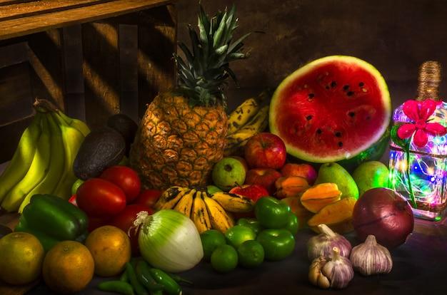 정물 다양한 과일과 병 램프