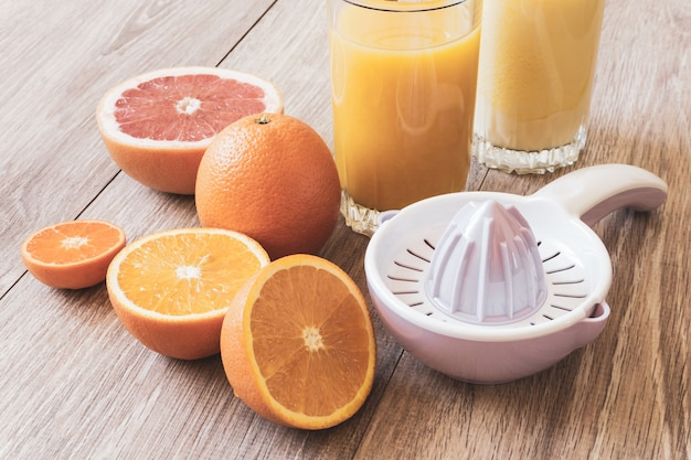 정물 다양한 전체 및 컷 감귤류 수동 리머와 오렌지 주스 한 잔