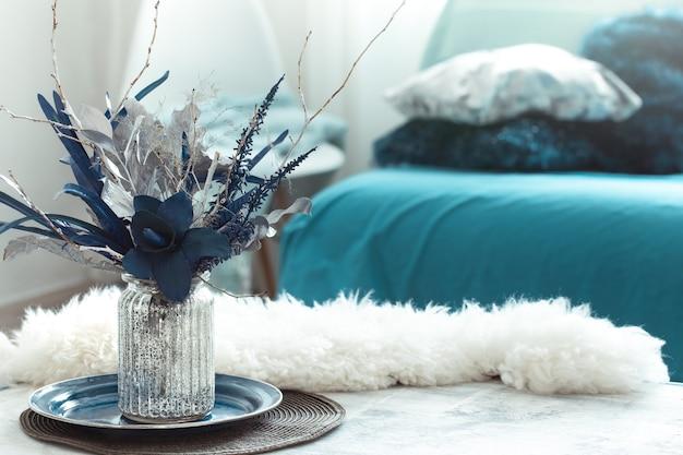 Натюрморт ваза с искусственными цветами в гостиной.