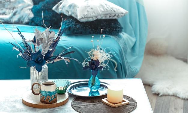 リビングルームに造花のある静物花瓶。