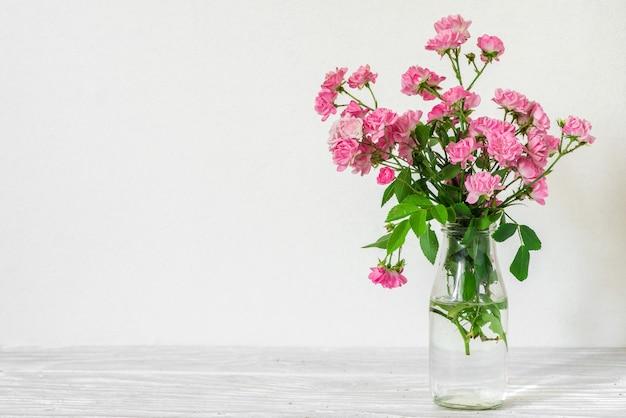 Натюрморт с красивым букетом розовых роз. праздник или свадьба фон с копией пространства
