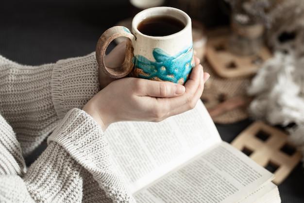 아름다운 컵과 여성의 손으로 아직도 인생.