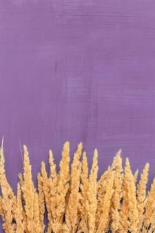 나무 색깔의 테이블에 말린 꽃 꽃다발이 있는 정물. 텍스트 또는 광고를 위한 장소입니다. 평면도.