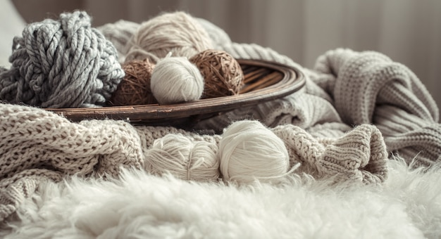 編み物用の心地よい毛糸のある静物。