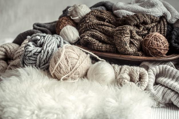 Натюрморт с уютной разнообразной пряжей для вязания.