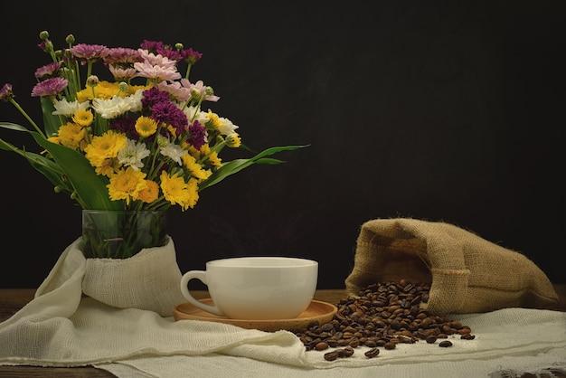 나무 접시에 커피 한 잔과 삼 베 자루에 커피 콩 아직도 인생.