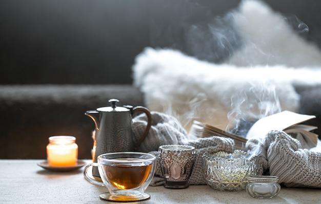一杯のお茶、ティーポット、キャンドル付きの美しいヴィンテージの燭台のある静物