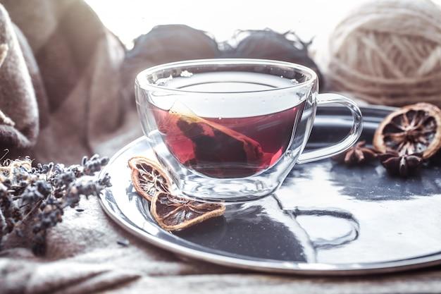 窓際のお茶のある静物
