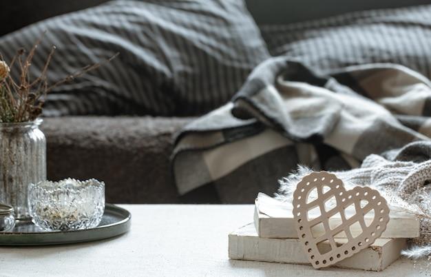 Натюрморт с декоративным сердцем, книгами и домашними уютными вещами. концепция дня святого валентина и домашнего уюта.
