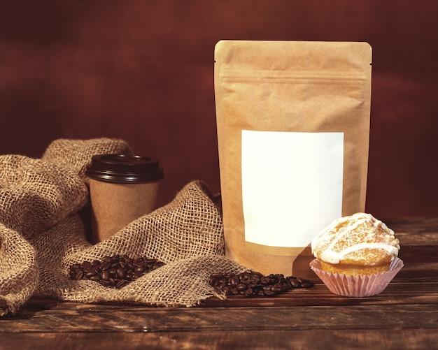 心とマフィンとコーヒーのある静物