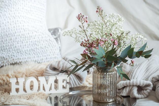 木製の碑文の家と花瓶のある静物