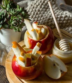 木製のテーブルのりんごのある静物