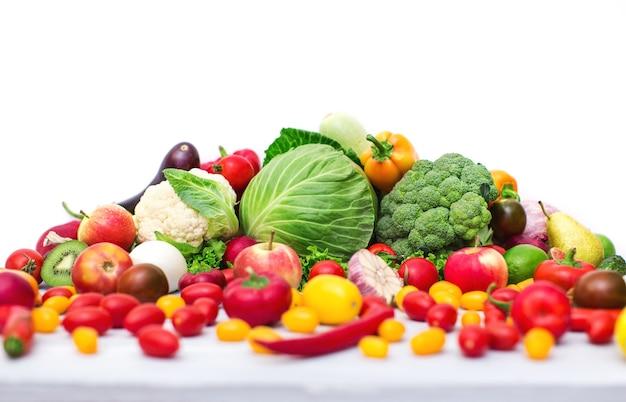 Натюрморт с ассорти из капусты и свежих овощей