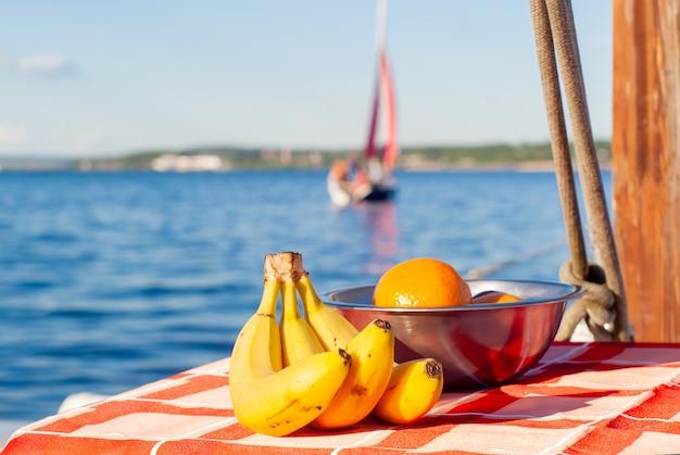 いくつかの帆船に乗ってバナナとオレンジのある静物