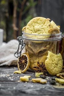 Natura morta con biscotti e spezie