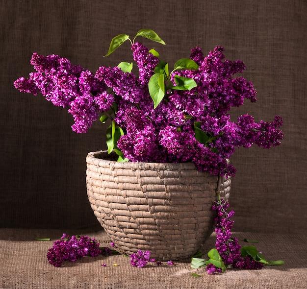 라일락 꽃 가지가 있는 정물