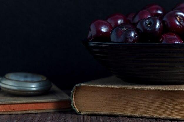 Натюрморт с книгами, вишнями и часами