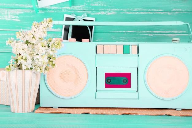 青い木製のカラフルなレトロなラジオのある静物